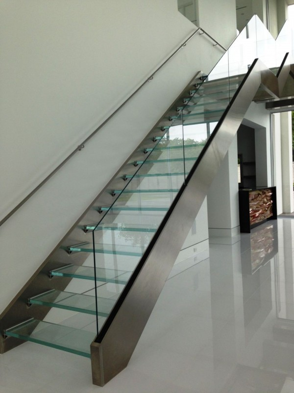 Laminated glass stairs in a contemporary home