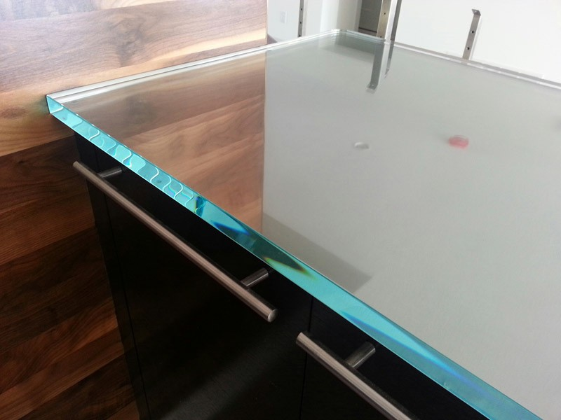 Ultra clear glass countertop for a kitchen bar