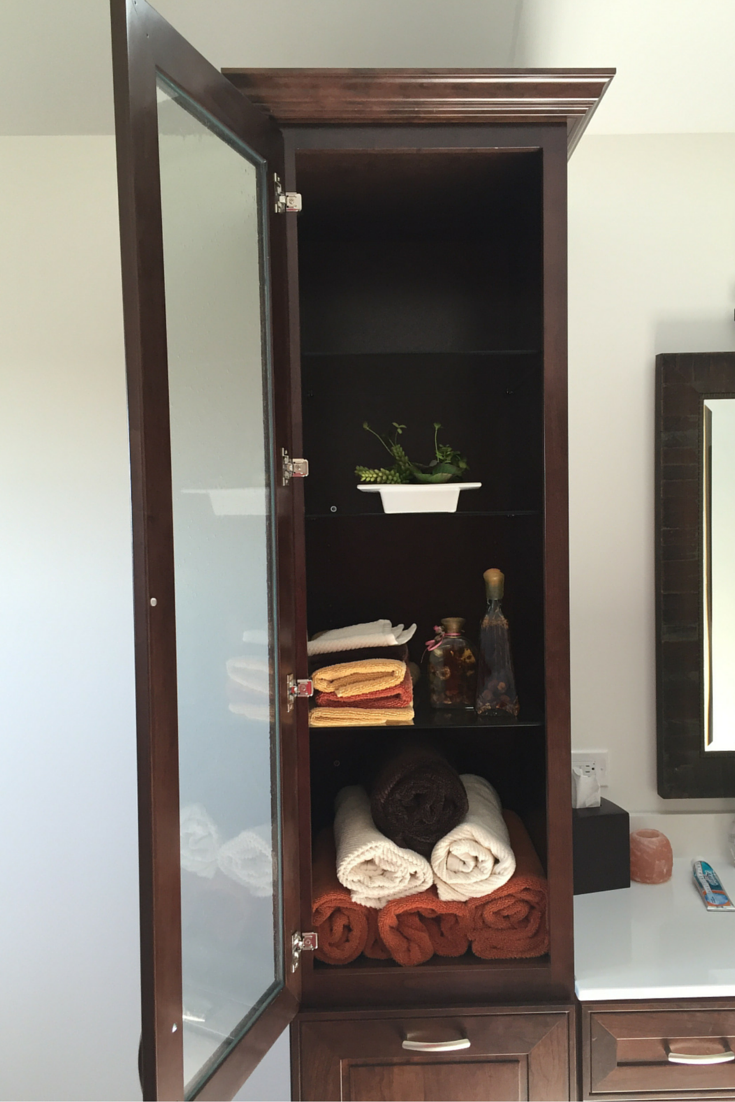 Vertical bathroom cabinets to maximize the storage space in a bathroom