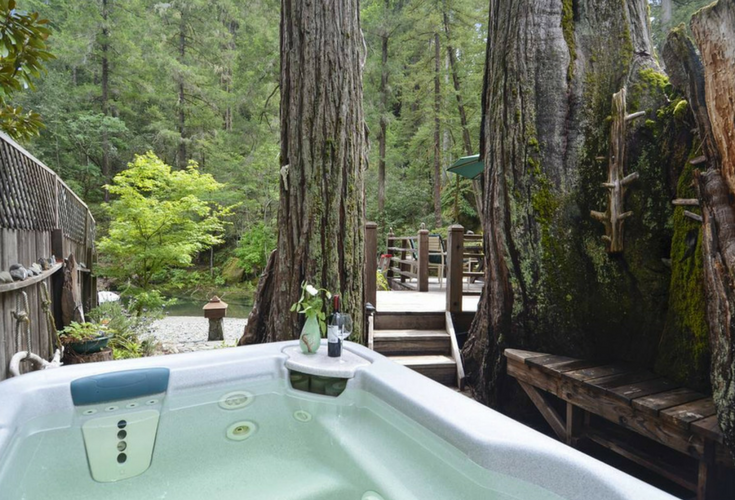 Hot tub surrounded by Sequoia trees near Austin River in California