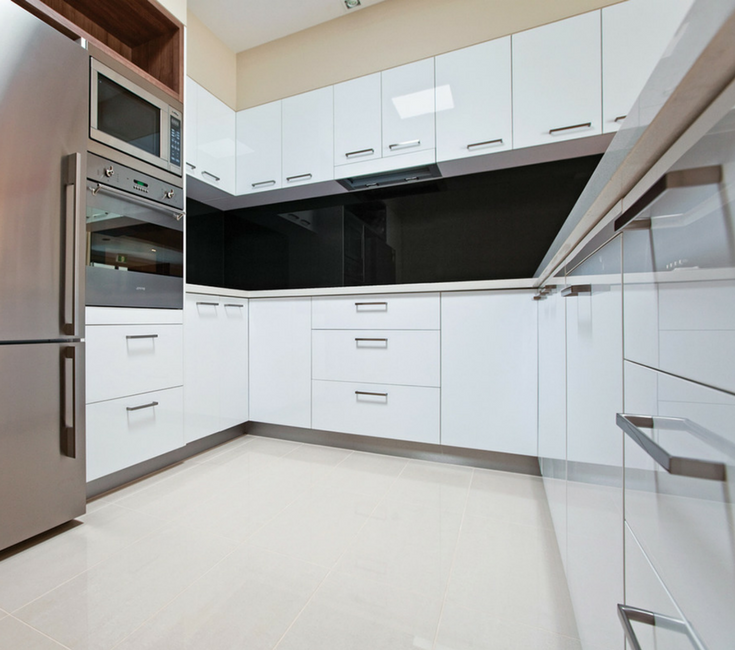 Unique high gloss kitchen backspash in a black color with high gloss cabinetry are modern ideas which can help your contractor stand out from the crowd | Innovate Building Solutions