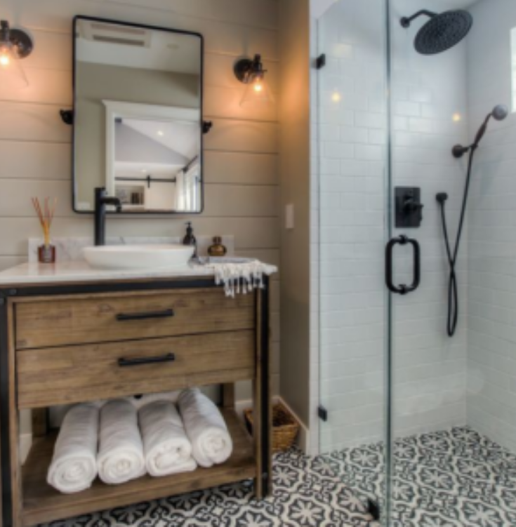 One level wet room rusticpassionbyallieblog.com | Innovate Building Solutions | #OneLevelShower #OneLevelWetRoom #RusticBathroomDesign