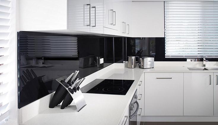 Black high glass kitchen backsplash panel | Innovate Building Solutions | #Backsplash #KitchenBacksplash #DIYBackSplash #EasytoinstallBacksplash