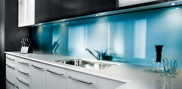 Blue high gloss backpainted glass kitchen backsplash | Innovate Building Solutions | #Backsplash #KitchenBacksplash #HighGloss #BackPaintedGlass