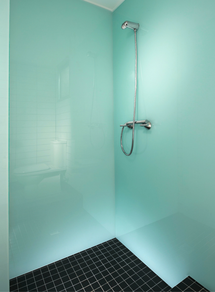 Contemporary high gloss glacier colored shower wall panels | Innovate Building Solutions | #HighGloss #WallPanels #BackPaintedGlass #AcrylicPanels