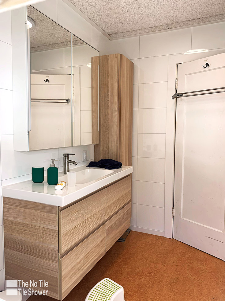 smart bathroom idea 6 lighter white colors in a small contemporary bathroom | Innovate Building Solutions | #SmallBathroom #BathroomRemodel #WhiteBathroom