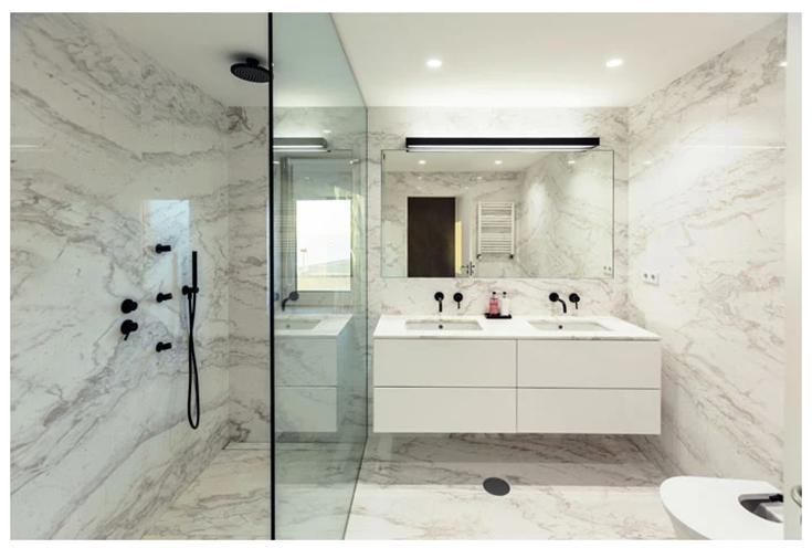 Alternative 5 marble slabs in a luxury shower credit www.sefastone.com | Innovate Building Solutions | #CulturedStone #Granite #Marble #LuxuryMarble